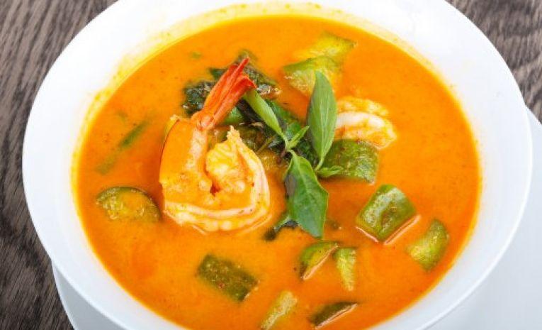 Gastronomie à la carte (Curry rouge de crevettes aux légumes et au basilic thaï)